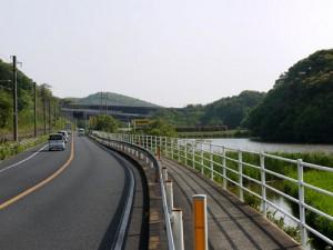 国道35号線を進みます。(左手にJR佐世保線、右手に須田川池))